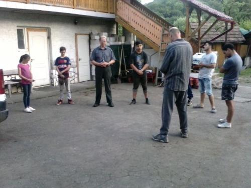 Gebet im Hof beim Heim mit mehreren Jugendlichen