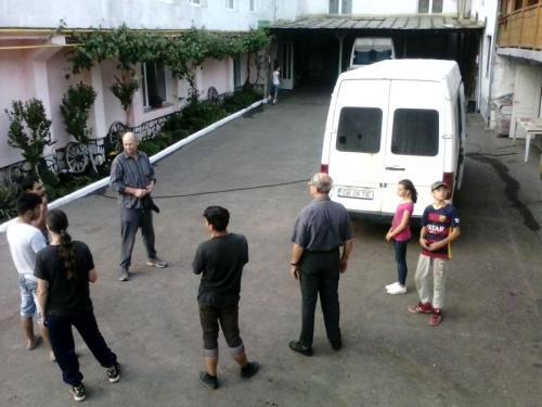 Gebet im Hof beim Heim mit mehreren Jugendlichen 2