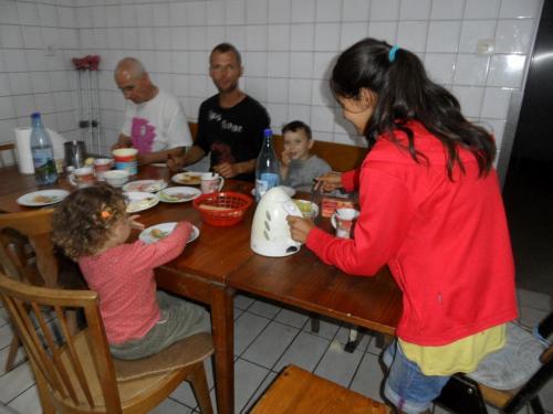 Liviu und seine zwei Kinder bei uns