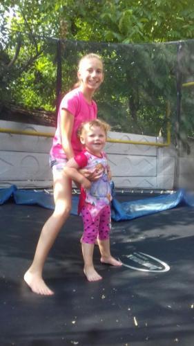 Nikoleta spielt gerne in dem Trambulin